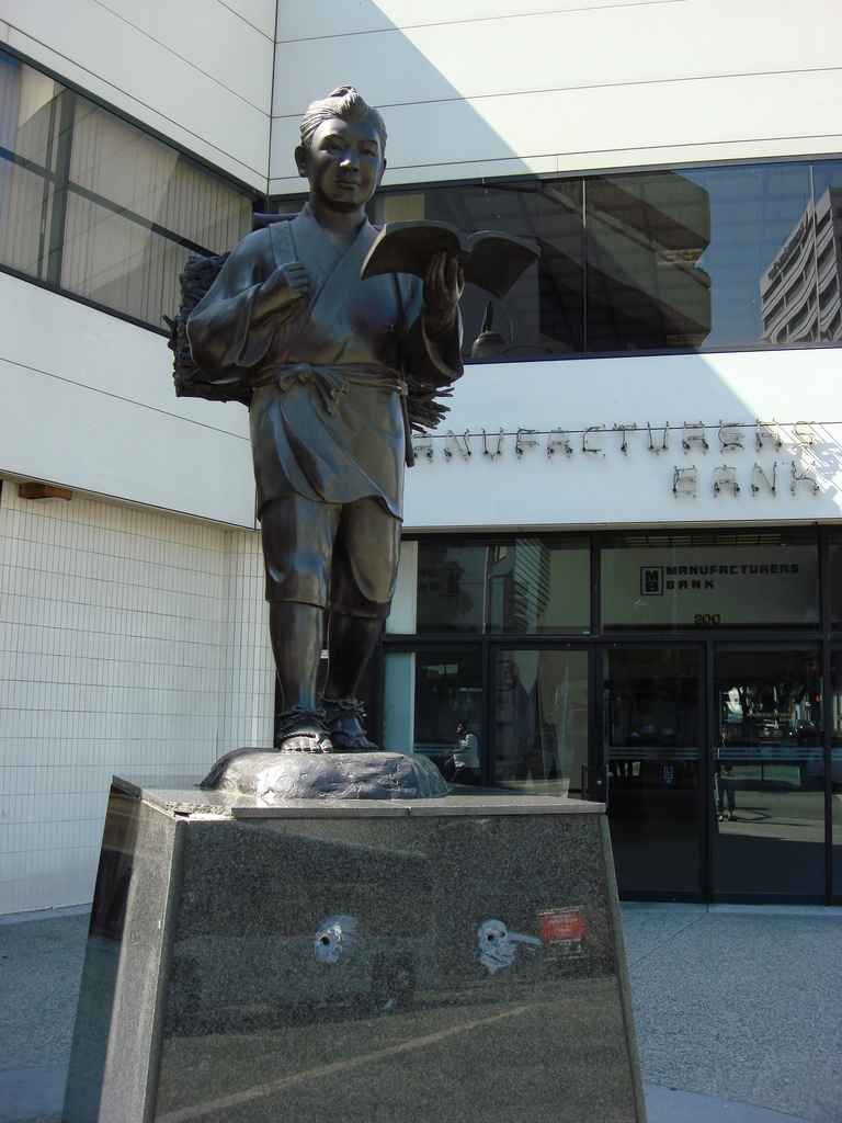 statue of kinjiro ninomiya