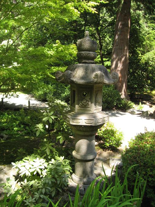 Stone lantern at the Seattle Japanese Garden | Discover Nikkei