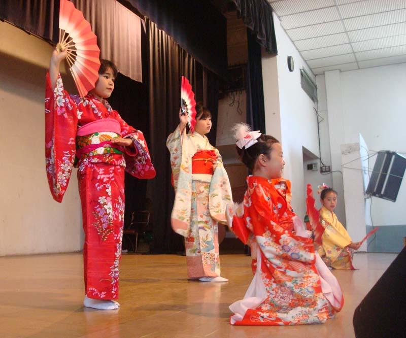 http://media.discovernikkei.org/articles/5399/kimono.jpg