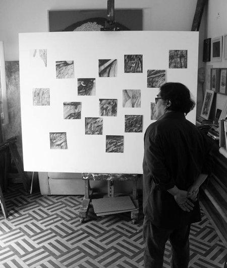 El artista ante parte del trabajo que conformó la muestra El gran dibujo (2015). Foto: Archivo personal del autor.